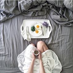 Sundays are for breakfast in bed. Photo by @kessara #onthetable