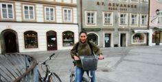 Anul trecut, în Salzburg, un oraș pe care l-am vizitat pe două roți Vă spun sincer, n-am înțeles niciodată de ce merge lumea la sală ca să pedaleze pe biciclete statice. Pentru mine, care am crescut liberă, într-un sat din Transilvania unde toți aveau prin curte măcar o rablă veche pe două roți, mersul pe ...