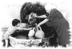 Foto storiche di Capri Leone - Anziana con nipotina alla sorgente