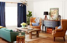 Vinage Einrichtungsstil Antike Kommode Ledersessel Grüne Couch Rustikaler  Holztisch