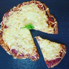 Wer Keto macht, muss noch lange nicht auf Pizza verzichten. Das wissen bereits die meisten, aber diese Low Carb Pizza stellt alle anderen Low Carb Pizzen in den Schatten!Mit nur 7g Kohlenhydrate pro ganze Pizza! Knuspriger Boden und würzige Soße, einfach die perfekte Pizza, nur eben ohne die unnötigen Kohlenhydrate! Einfach die perfekte Keto Pizza.