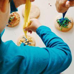 Y como no podía ser de otra manera, el día acabó con sabor a galleta. Pero esta vez la actividad fue en casa con todo el glasé que había sobrado de la mañana! #niñosenlacocina #JugarEsEsencial #niñoscreativos2015 #juegosenfamilia