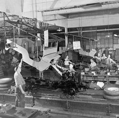 1945 Willys Jeep Assembly Line Jeep Willys, Jeep Dodge, Jeep Cj, Military Jeep, Military Vehicles, Adventure Jeep, Jeep Wrangler Yj, Old Jeep, Assembly Line