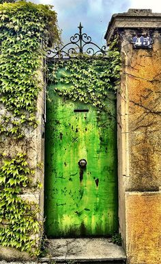 Nejvíce inspirativní vstupní dveře, které musíte vidět!   .    Lovika #front #entrance Cool Doors, Unique Doors, Knobs And Knockers, Door Knobs, Entrance Doors, Doorway, Grand Entrance, Verde Vintage, Saint Etienne