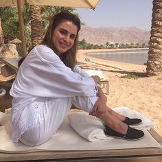 """Queen Rania de Jordania  """"Muchas personas nacen con hermosas apariencias, pero no todas con elegancia y gracia - que necesitan atención personal y enormes esfuerzos para crear y cultivar."""" - Deodatta V. Shenai-Khatkhate"""