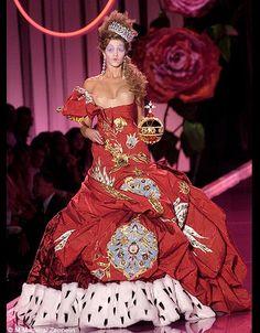 Maison Christian Dior, collection haute couture automne-hiver 2004-2005 Robe en moire et velours rouge parée de broderies bleues et blanches.Hermine. Collection maison Christian Dior.