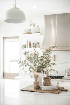 Farmhouse Kitchen Island, Kitchen Island Decor, Modern Farmhouse Kitchens, Kitchen Island Centerpiece, How To Decorate Kitchen Island, Interior Desing, Home Interior, Interior Modern, Simple Interior