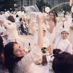 Diner En Blanc Philadelphia debut napkin waving