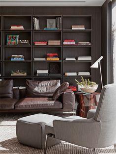 """""""Cinco feras da decoração revelam seus segredos - Casa Assinada por Migotto e Ricardo Minelli, a estante se harmoniza com o mobiliário de design italiano. A peça é vendida na Érea, a mesma loja da mesa lateral. O tapete é da Square Foot."""""""