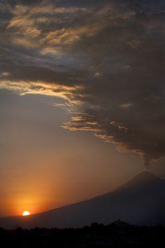 El Popocatepetl fumando en un gran atardecer en #Puebla imponente