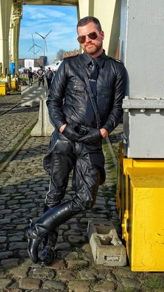Any kinds of Leather gears Biker Leather, Leather Gloves, Leather Men, Leather Pants, Black Leather, Man In Love, Top Photo, Gay Pride, Dog Owners