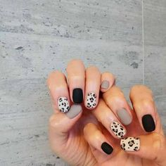 The advantage of the gel is that it allows you to enjoy your French manicure for a long time. There are four different ways to make a French manicure on gel nails. The choice depends on the experience of the nail stylist… Continue Reading → Diy Nails, Cute Nails, Pretty Nails, Cute Simple Nails, Spring Nail Art, Spring Nails, Fall Nails, Nail Summer, Leopard Print Nails