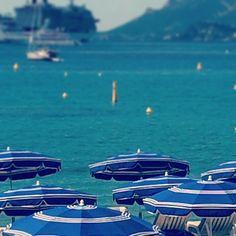 Pin for Later: Comment se passe vraiment le festival de Cannes ? Découvrez les photos Instagram que nous avons prises chaque jour !  Pas mal cette vue de la plage, non ? C'était notre première matinée à Cannes. Les nuances de bleu semblent indénombrables sur la côte d'Azur !