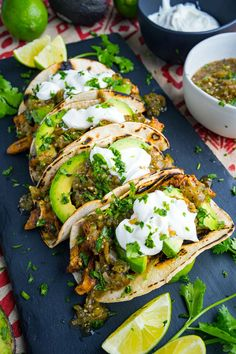 Quick and easy chicken and avocado tacos with salsa verde and sour cream! Quick and easy chicken and avocado tacos with salsa verde and sour cream! A Food, Good Food, Food And Drink, Yummy Food, Drink Bar, Drink Coffee, Junk Food, Avocado Recipes, Healthy Recipes
