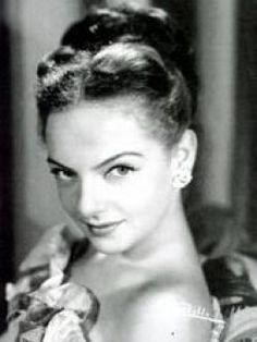 Martha Roth (1932) Es una destacada actriz que trabajo en la época de oro del cine mexicano. Ganadora de un premio Ariel por la película Una familia de tantas (1949)