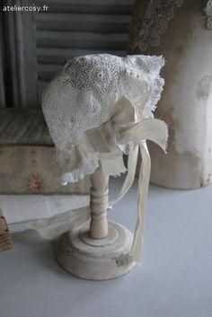 Linge ancien , bonnet d'enfant Brocante de charme atelier cosy.fr