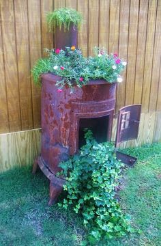 how to reuse and recycle old stoves for garden decorations and planters in vinta… - Garten Dekoration Metal Planters, Flower Planters, Garden Planters, Flower Pots, Outdoor Planters, Garden Junk, Big Garden, Rustic Gardens, Outdoor Gardens