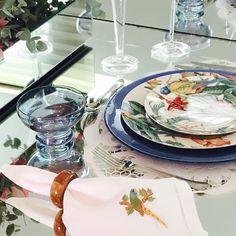 Para vestir a mesa de hoje, utilizamos nossa linha de porcelana arara azul, inspirada na natureza, e para encantar a decoração, não poderiam faltar as belíssimas orquídeas cymbidium.🌸🌸🌸💐💐🍃🍃 Tudo isso você encontra na recebercomglamour, basta entrar em contato.  #recebercomglamour #querorecebercomglamour #luxobh