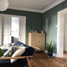 Antique Green fra Jotun har en dempet grønn tone. Få inspirasjon om Jotun Antique Green fra ekte hjem Gothic Interior, Interior Design, Jotun Paint, Room With Plants, Wall Paint Colors, House Design, Colours, Living Room, Antiques