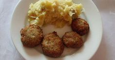 Obrane ziemniaki ugotować w osolonej wodzie do miękkości,a w międzyczasie:- na patelni roztopić smalec, wrzucić drobniutko pokrojony boczek i go lekko zeskwarzyć. Do zeskwarzonego boczku wrzucić drobno pokrojoną cebulę i zeszklić.Do ugotowanych ziemniaków wrzucamy surową kwaszoną kapustę(jakbardzokwaśnato opłuklać), boczek z cebulą i