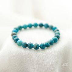 Description Vous aimez passer des heures à contempler l'océan? Ce bracelet en apatite est fait pour vous, son bleu intense offre des reflets magnifiques à la lumière du soleil.   Lithothérapie L'apatite est réputé pour ses vertus apaisantes et stimule la créativité, c'est la pierre idéale pour être en harmonie avec son corps et son esprit. Elle est aussi connu pour être la pierre idéale afin d'accompagner un régime amincissant. Ses caractéristiques minérales lui confèrent une vertu non négligeab Turquoise Bracelet, Jewelry Accessories, Beaded Bracelets, Julie, Marie Claire, Shopping, Glamour, Jewellery, Crochet