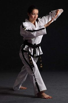 Taekwondo Girl, Martial Arts Women, Female Fighter, Art Women, Girl Poses, Karate, Art Pictures, Guys, Sports