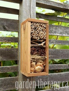 Zelfgemaakte insecten-hotel voor in de tuin