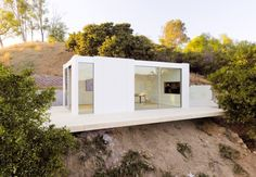LA prefab company Cover unveils its first sleek unit - Curbed LAclockmenumore-arrownoyes : The stylish unit took three months to design and install Backyard Office, Backyard Studio, Backyard Sheds, Backyard Cabin, Algorithm Design, Prefab Buildings, Prefab Houses, Prefab Cabins, Prefab Sheds