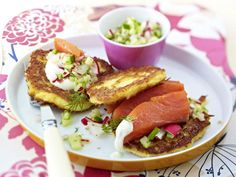 Kartoffelpuffer mit Lachs und Radieschen-Gurken-Salsa