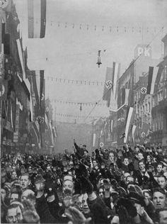 Am Morgen des 14. Januar 1935 nach der Volksabstimmung im Saargebiet in Saarbrücken. Über 90 v.H. der Deutschen and der Saar stimmten für Führer und Reich. Unendlich ist der Jubel des freien deutschen Volkes an der Saar.