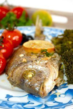 Cinco Quartos de Laranja: Peixe assado no forno com tomate e azeitonas