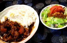 夕ご飯:牛すじカレー(茄子、玉ねぎ、ニンジン、赤ワイン)、サラダ(レタス+トマト+クルトン)。 今回も赤ワインでグツグツ。牛すじがやわらかくなって美味しいー♪(●´ω`●)