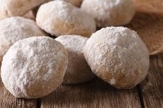 Polvorones are soft and crumbly shortbread cookies that melt in your mouth. This version from Puerto Rico is simple but delicious, with almond extract. Shortbread Recipes, Shortbread Cookies, Cookie Recipes, Healthy Dessert Recipes, Just Desserts, Spanish Desserts, Spanish Recipes, Puerto Rico Cookies, Cookies