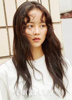"""이하 하이컷 배우 김소현(17) 양이 복고 패션으로 새로운 매력을 드러냈다.지난 18일 발행한 스타 스타일 매거진 하이컷은 김소현 양 화보를 공개했다. 김 양은 헐렁한 청바지, 운동화 등을 입어 톰보이 룩을 선보였다. 화장기 없는 얼굴, 활동적인 옷차림에서 김 양의 자연스러운 매력이 드러났다. 하이컷에 따르면, 촬영 후 인터뷰에서 김소현 양은 철벽녀 기질이 있냐는 질문을 받았다. 김 양은 """"철벽녀였다. 그래도 지금은 좀 낫다""""고 답했다. 김 양은 """"예전엔 연기하면서 오빠들이랑 친해지는 게 너무 힘들었다. 언니들도 괜찮고 남동생도 괜찮은데 이상하게 오빠들은 너무 어렵고 불편해서 어떻게 대해야 할지 알 수 없다""""고 말했다.김소현 양은 아직 한 번도 연애를 해보지 않은 '모태솔로'라고 밝혔다. 김 양은 진한 멜로 연기를 할 때는 주변 조언을 참고한다고 했다. 그는 """"솔직히 아직은 연애를 안 해봐서 완벽히 이해하진 못한다. 그런데 어떻게 모든 연기를 다 경험해보고 하겠나. 대신…"""