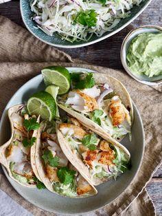 Enkel fisketaco med torsk passer til helgen men også på en travel hverdag. En god, morsom og smakfull måte å spise fisk for hele familien (og ev. gjester). Scampi, Frisk, Tex Mex, Exotic Pets, Nom Nom, Tacos, Food And Drink, Cooking, Ethnic Recipes