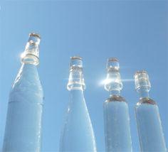 Agua solarizada. Para tomar agua solarizada, se solariza el agua por 5-8 horas en recipientes de vidrio o cristal trasparente. Antes de solarizar el agua, pueden hervirla si dudan de la calidad del agua de la llave, y una vez que se enfrie la ponen al sol. Se puede tomar el mismo día o guardarse en recipiente de arcilla o vidrio por 24 horas en un lugar seco y protegido. El agua solarizada es energizante, purificadora, y muy saludable.