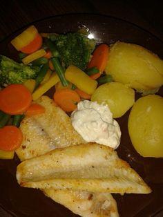Ahvenia (paistettu sitruunaöljyssä), perunaa, kasviksia ja remouladekastiketta
