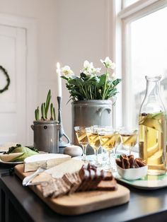 Natural and green, Anna Elwing, florist extraordinaire, celebrates Christmas in the greenest way. Swedish Christmas, Noel Christmas, Scandinavian Christmas, Winter Christmas, Deco Table, A Table, Christmas Interiors, Christmas Entertaining, Christmas Table Settings