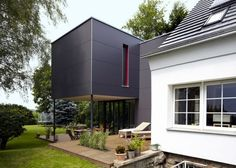 Anbau an Einfamilienhaus: der alte Bauteil (vorne) und dahinter der neue, modern… Attachment to a single-family dwelling: the old component (in front) and behind it the new, modern extension Architecture Office, Architecture Design, House Cladding, Architectural Section, House Extensions, House Goals, Home And Family, New Homes, Home And Garden
