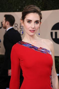 Alison Brie Photos - Actor Alison Brie attends the 24th Annual Screen Actors Guild Awards at The Shrine Auditorium on January 21, 2018 in Los Angeles, California. - 24th Annual Screen Actors Guild Awards - Arrivals