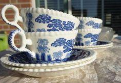 Vintage Copeland Spode's Tower England theeservies, vier kopjes en zes schoteltjes. Prachtig mooi blauw gekleurde beschildering, kleuren zijn helder blauw. Set is gebruikt maar in mooie staat.  Staat mooi in elke servieskast of als unieke woonaccessoires.