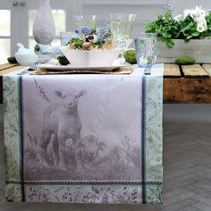 Zu Ostern den Tisch einladend gedeckt mit dem Tischläufer Animal Farm von Sander.