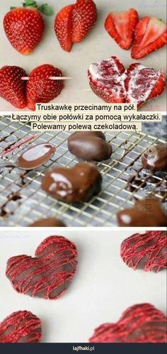 Truskawkowe serduszka - Truskawkę przecinamy na pół. Łączymy obie połówki za pomocą wykałaczki. Polewamy polewą czekoladową.