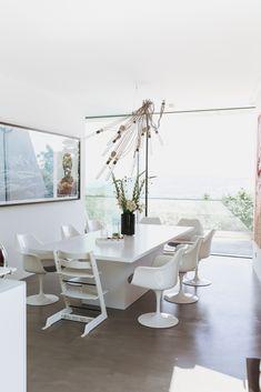 zu Besuch bei Katerina - ein modernes Hanghaus aus Sichtbeton Architectural Digest, Dining Table, Furniture, Home Decor, Cool Kids Rooms, Architecture, Homes, House, Decoration Home