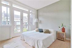 Witte openslaande deuren naar balkon | Slaapkamer ideeën
