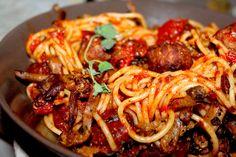 Spaghetti med kjøttboller og tomatsaus er en enkel og rask hverdagsrett som passer vel så bra for liten som for stor. Og har du sett disney-filmen «Lady og landstrykeren» har du nok set…