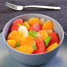 Salade d'agrumes à la menthe et son jus - Pour 6: Suprêmes de 6 oranges, 3 clémentines, suprêmes de 6 pamplemousses, menthe fraîche, 5 cs de sucre, le jus des agrumes rendue après les avoir pelées à vif, eau