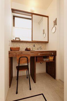機能的であることが求められる洗面台は、シンプルで掃除がしやすいことが大前提です。でも、どうせならインテリアもおしゃれなものにしたいし、居心地の良い空間にしたい… Laundry In Bathroom, Washroom, Kitchen Gallery Wall, Muji Home, Cork Tiles, Vintage Furniture, Office Desk, Ideal Home, Entryway Tables