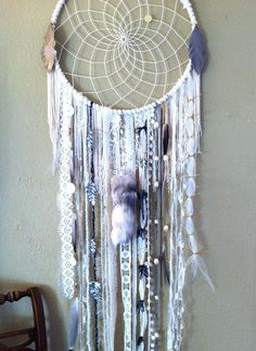 DIY Blue Feather and Bead Dream Catcher. This dream catcher is an attractive one made with blue purp Diy Wanddekorationen, Easy Diy, Diy And Crafts, Arts And Crafts, Ideias Diy, Crafty Craft, Crafting, Diy Art, Wind Chimes