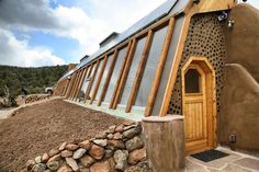 High-end Global Model Earthship in New Mexico. Earthship Design, Earthship Biotecture, Earthship Home Plans, Underground Greenhouse, Underground Homes, Maison Earthship, Cordwood Homes, Eco Buildings, Windows